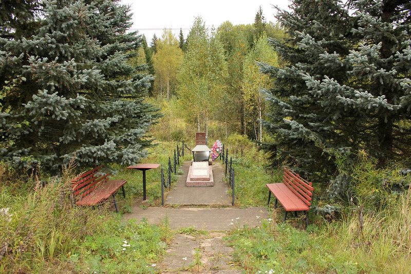 Памятник крушению поезда №4 на восточных стрелках станции Подсосенка, средний вид