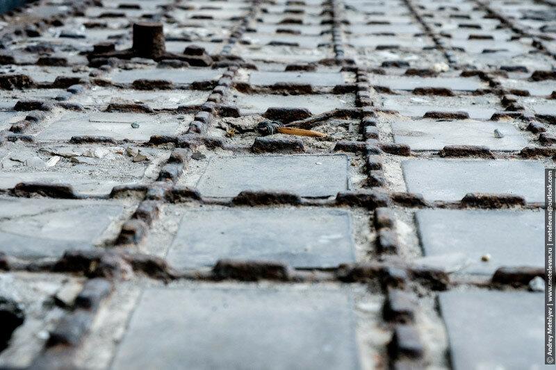 старая железная решетка на подвальное помещение