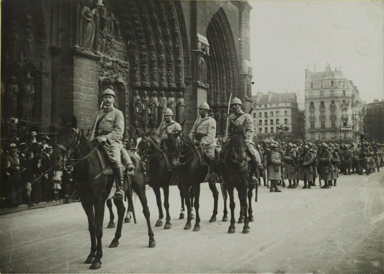 Войска перед Нотр-Дам