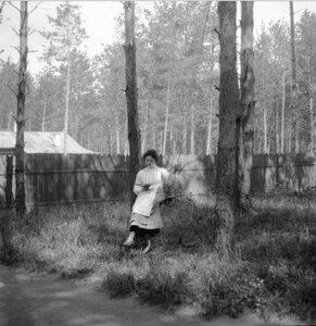 1904. Вешняки. Маня сидит на качелях и читает. В саду. «Тайный снимок»