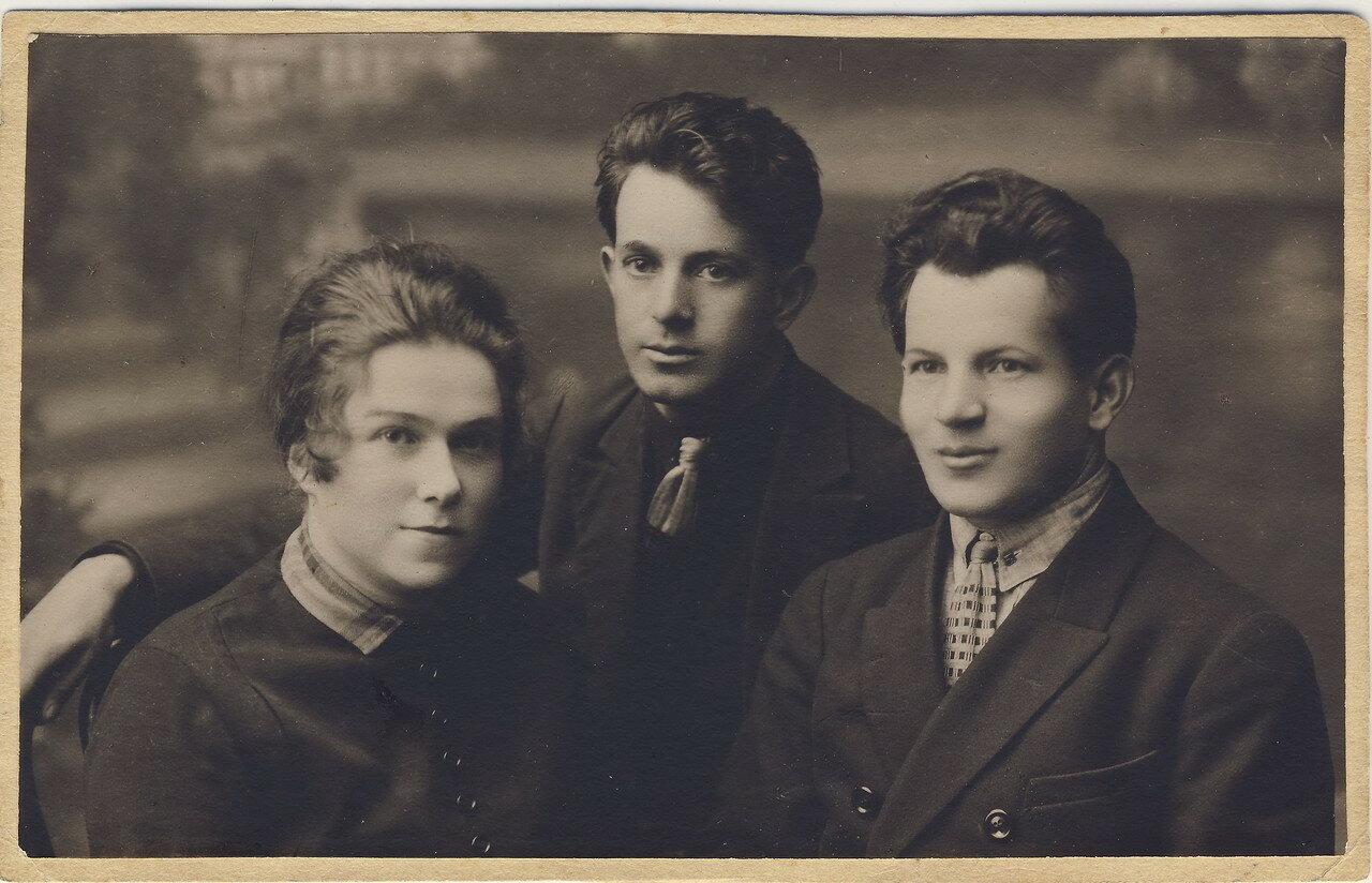 1925.  Нина Савельевна Лясс с мужем Григорием Зайдиным и его братом Владимиром