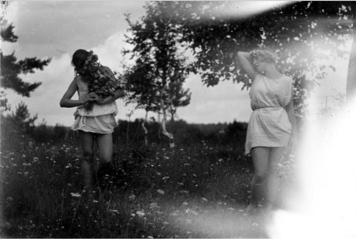 Девушки в туниках в парке