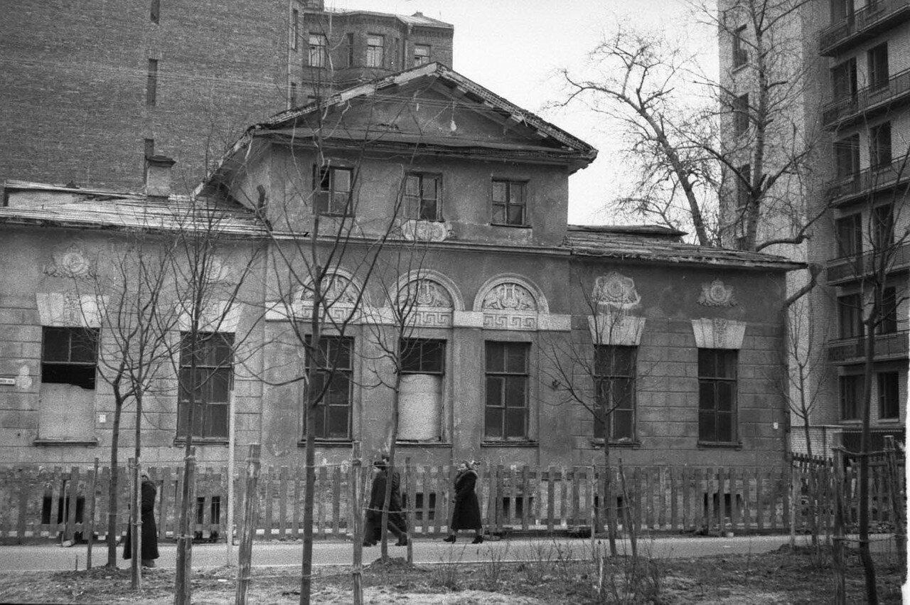 1960. Дом в Плотниковом рядом с гостиницей ЦК КПСС «Арбат»