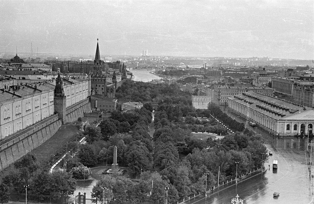 Вид из гостиницы «Москва» на Александровский сад