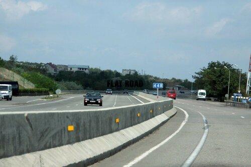 Бетонные разделители на дороге