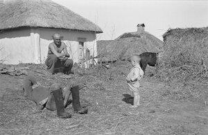 Солдаты и маленький мальчик возле дома