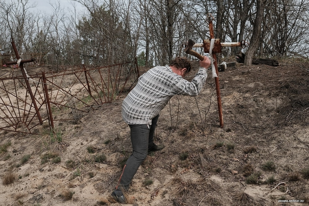 Spring and crosses: a reportage of a dead village, which sometimes comes to life