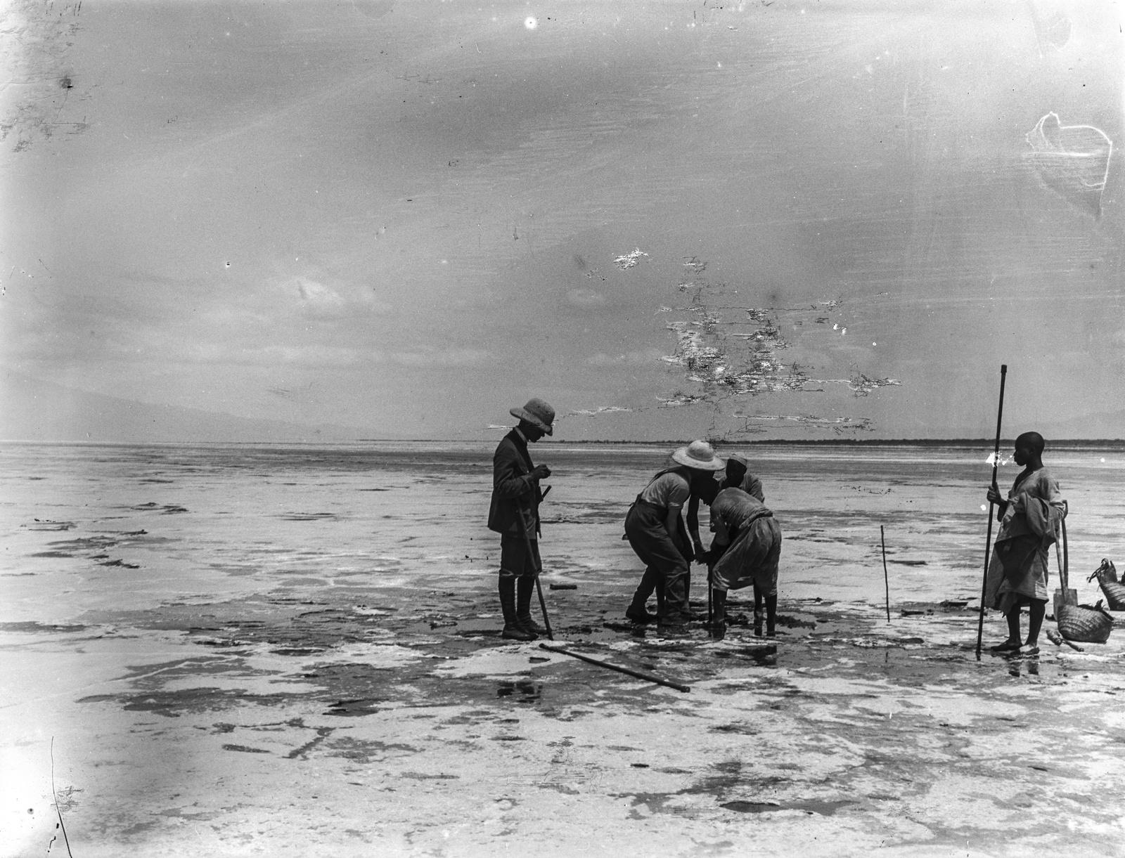 196. Бурение в соляной корке озера Натрон.