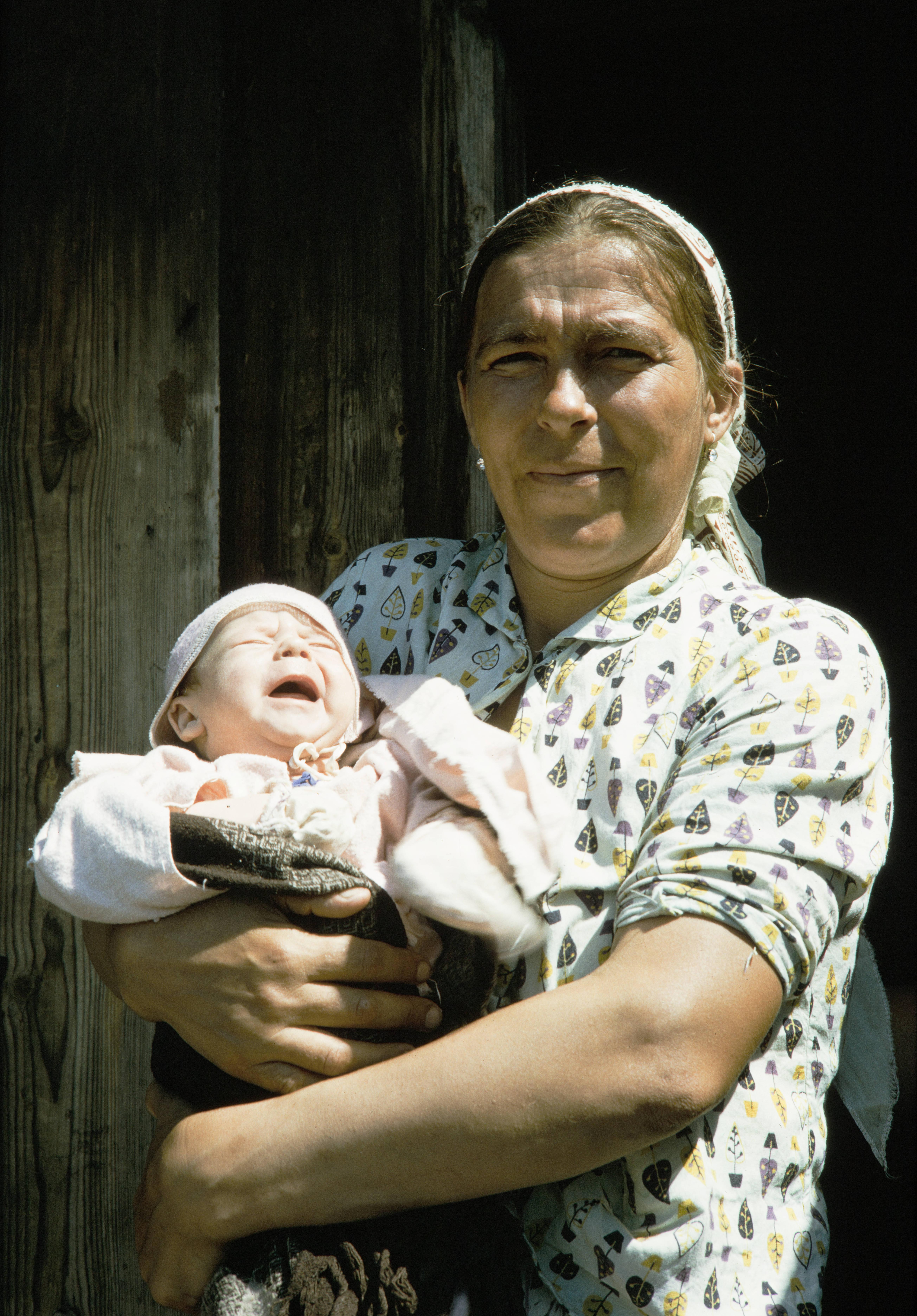 Большая речка. Женщина с ребенком на руках