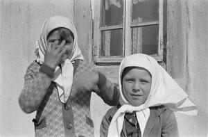 Две девушки перед домом