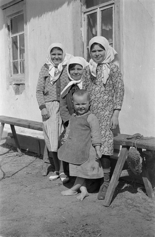 Четыре девочки возле дома