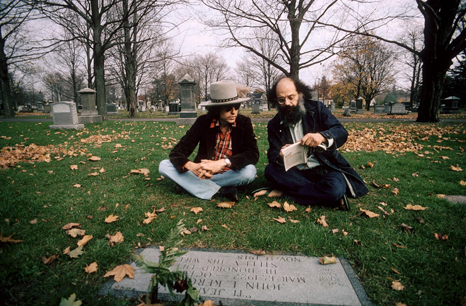 1975. Боб Дилан и Аллен Гинзберг на могиле Джека Керуака