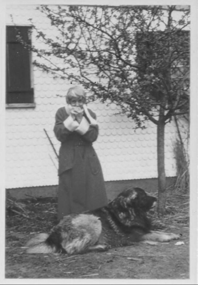 Анастасия с одной из своих больших собак на заднем дворе своего дома