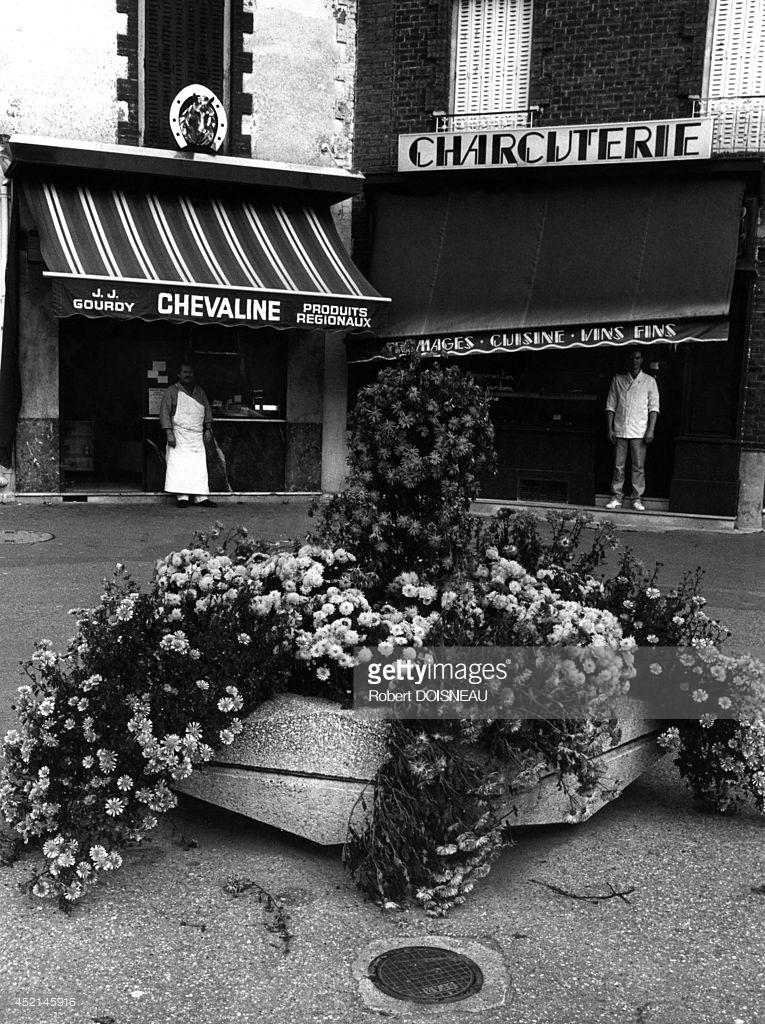 1987. Два мясника на площади Кловиса Хьюга. в Сен-Дени