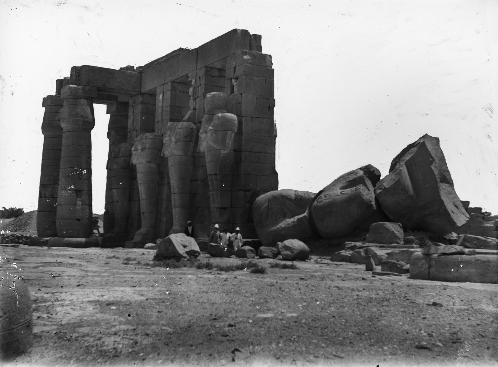 Луксор. Руины храма со статуями, колоннами и обрушившимися частями зданий, построенными в честь Рамсеса II
