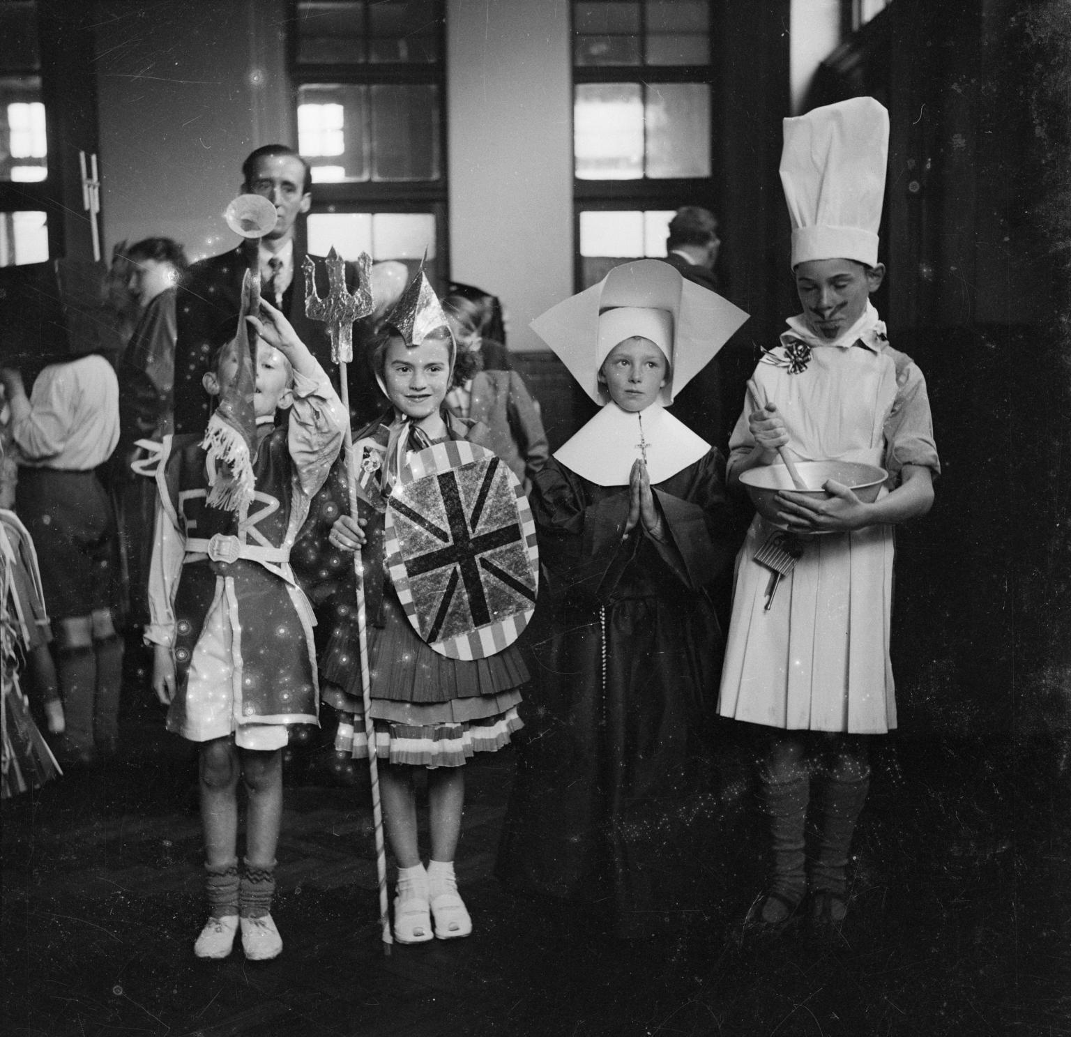 Дети в маскарадной одежде