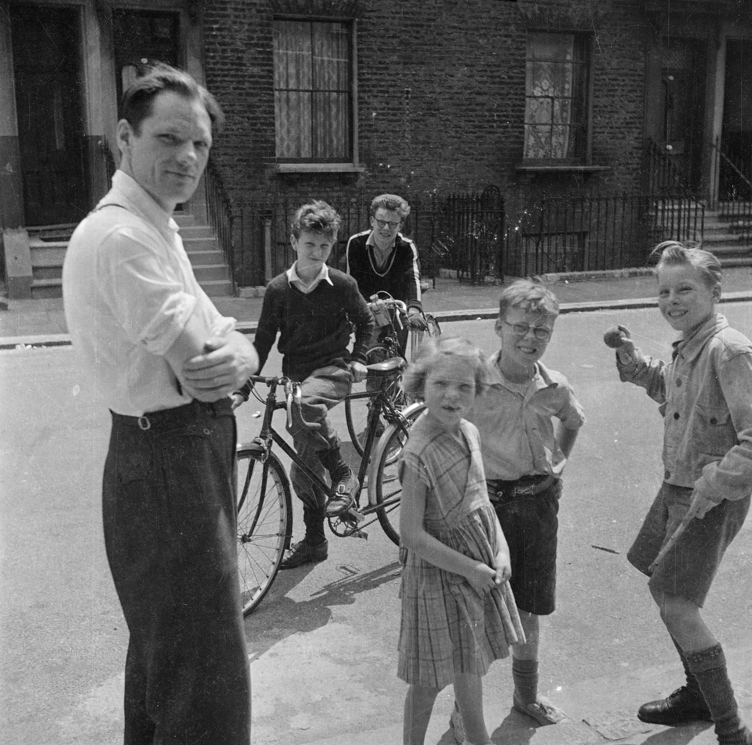 Мужчина с детьми на улице