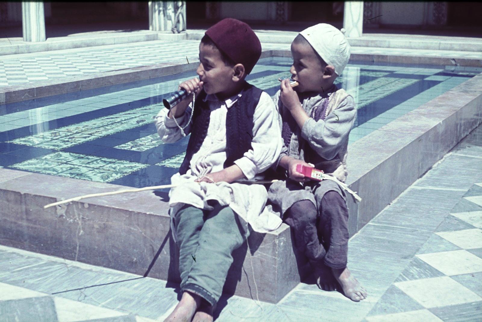 Триполи. Двое маленьких мальчиков на рынке Эль-Мерши