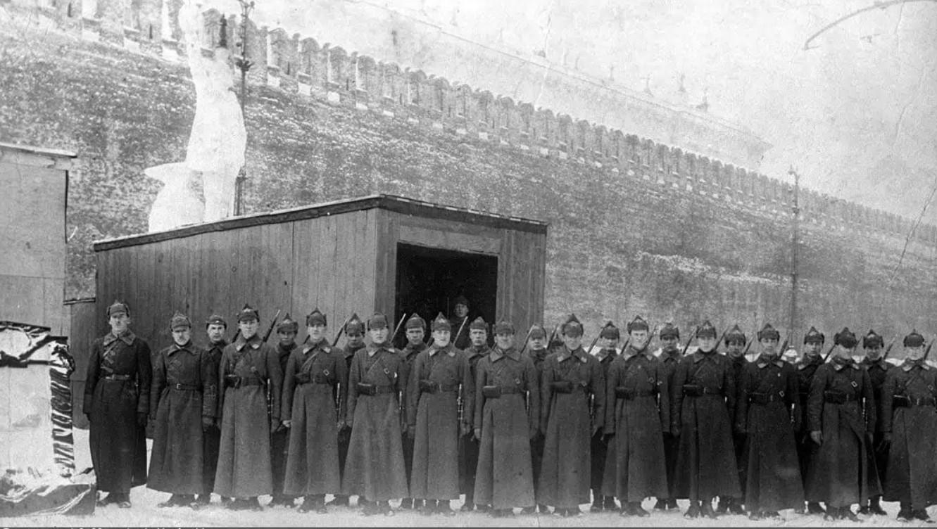 Почетный караул от 1-й объединенной школы ЦИК СССР сопровождавший тело Ленина от дома Союзов на Красную площадь