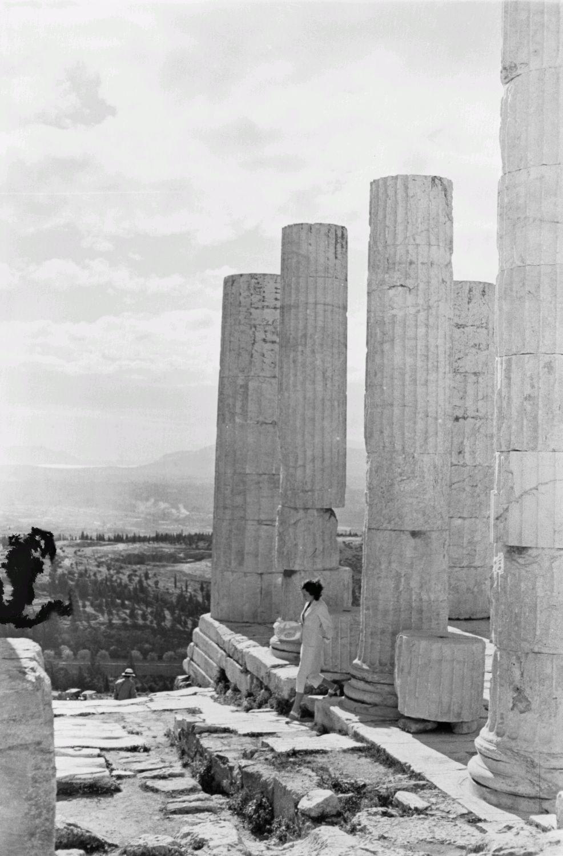 Акрополь. Пропилей. Туристы перед колоннами