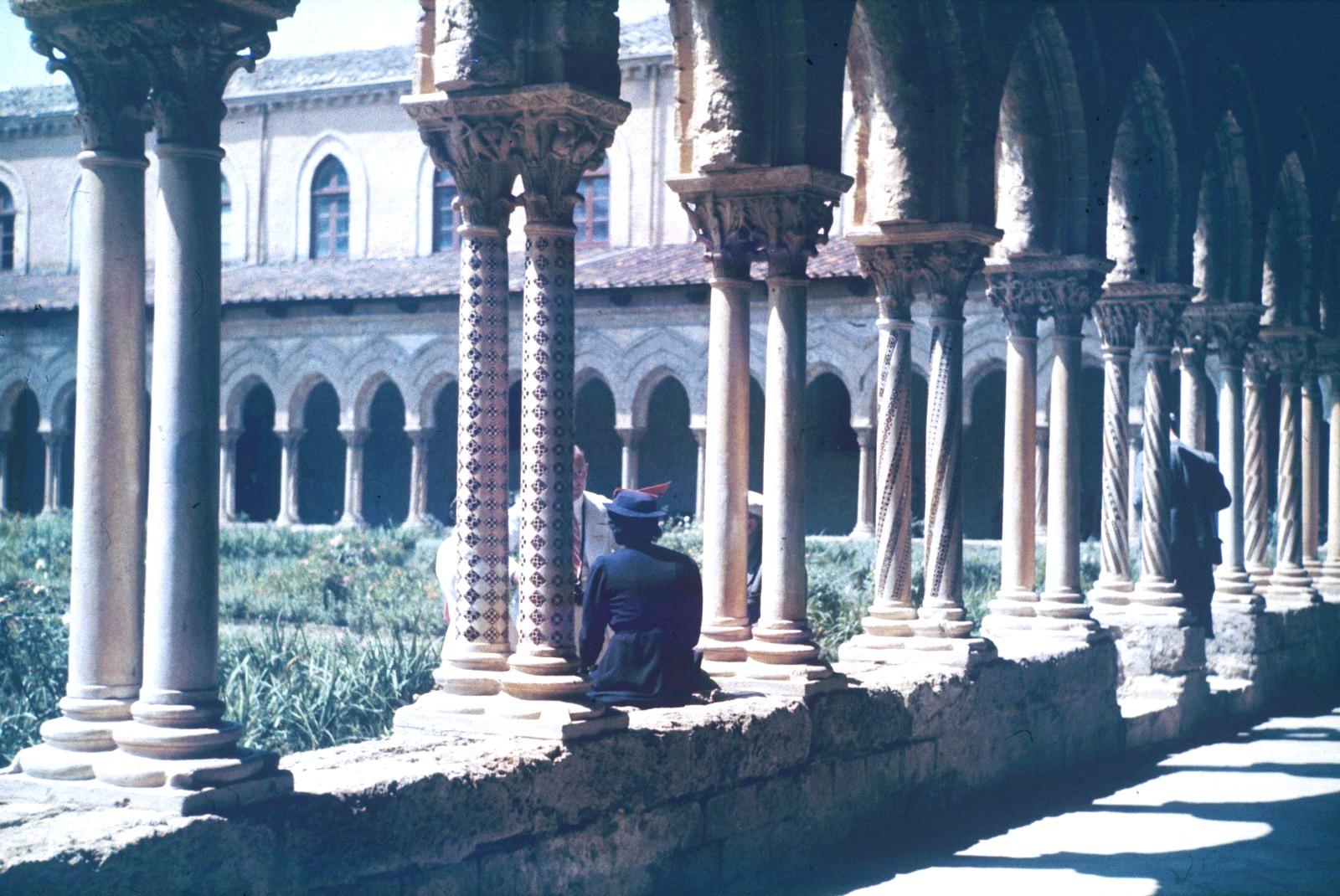 Палермо. Пригород Монреале. Клуатр (внутренний двор) некогда существовавшего бенедиктинского монастыря. Восточная колоннада клуатра