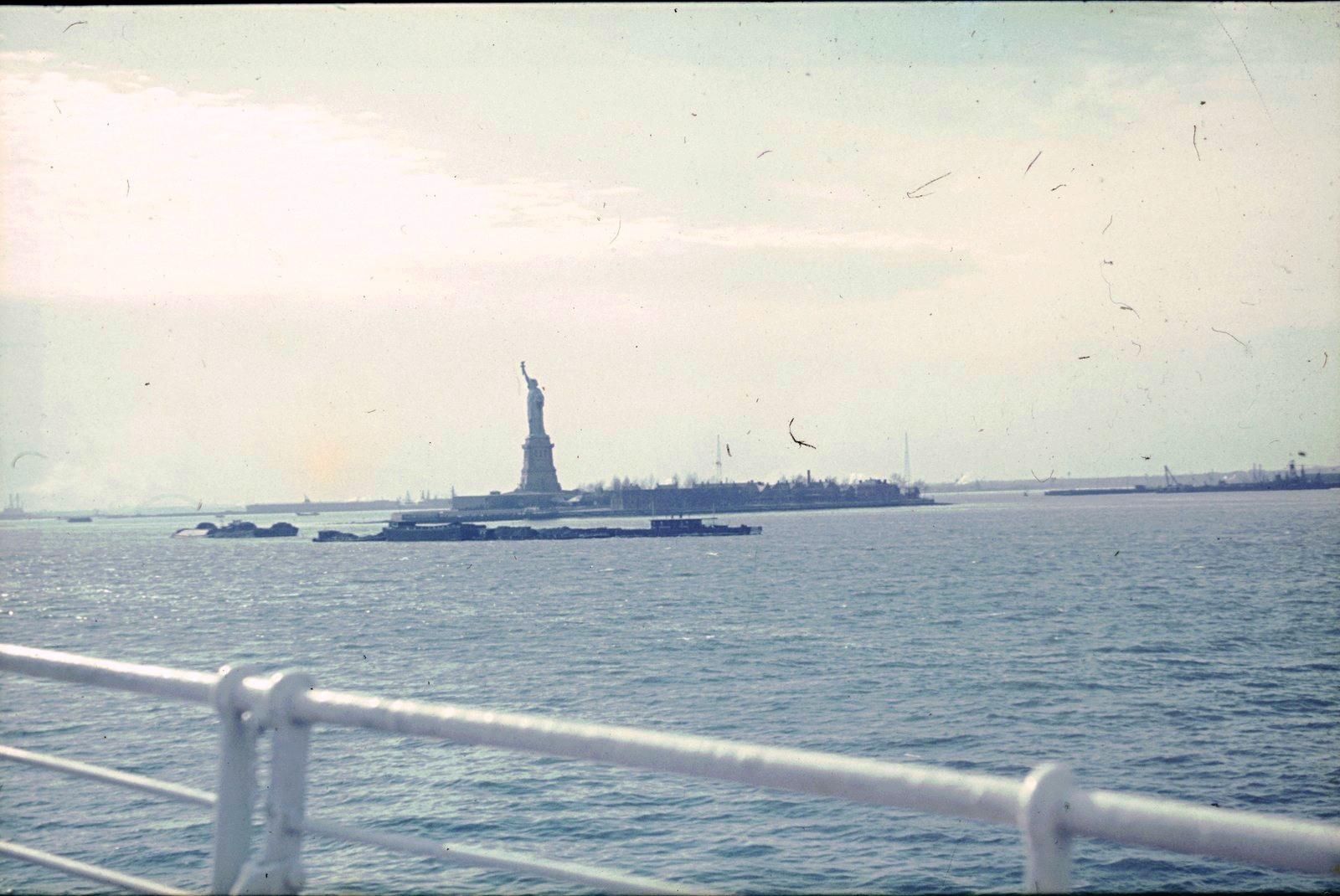 Нью-Йорк. Вид с корабля на Статую Свободы
