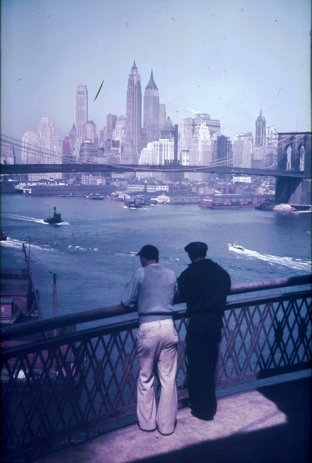 Нью-Йорк. Вид с моста через Ист-Ривер на Бруклинский мост