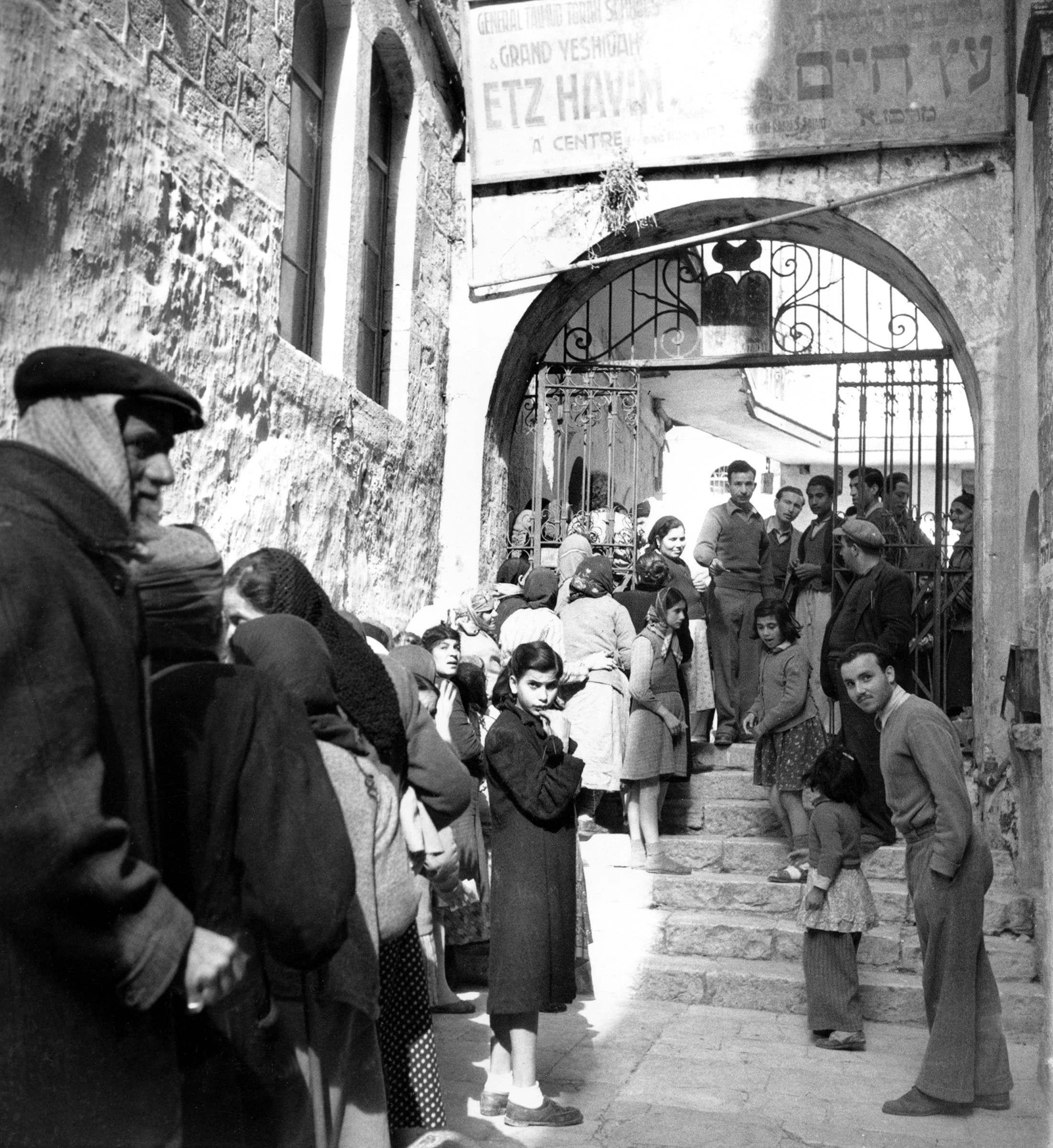 В еврейском квартале старого города ждут подхода британского конвоя с продовольствием.19 января