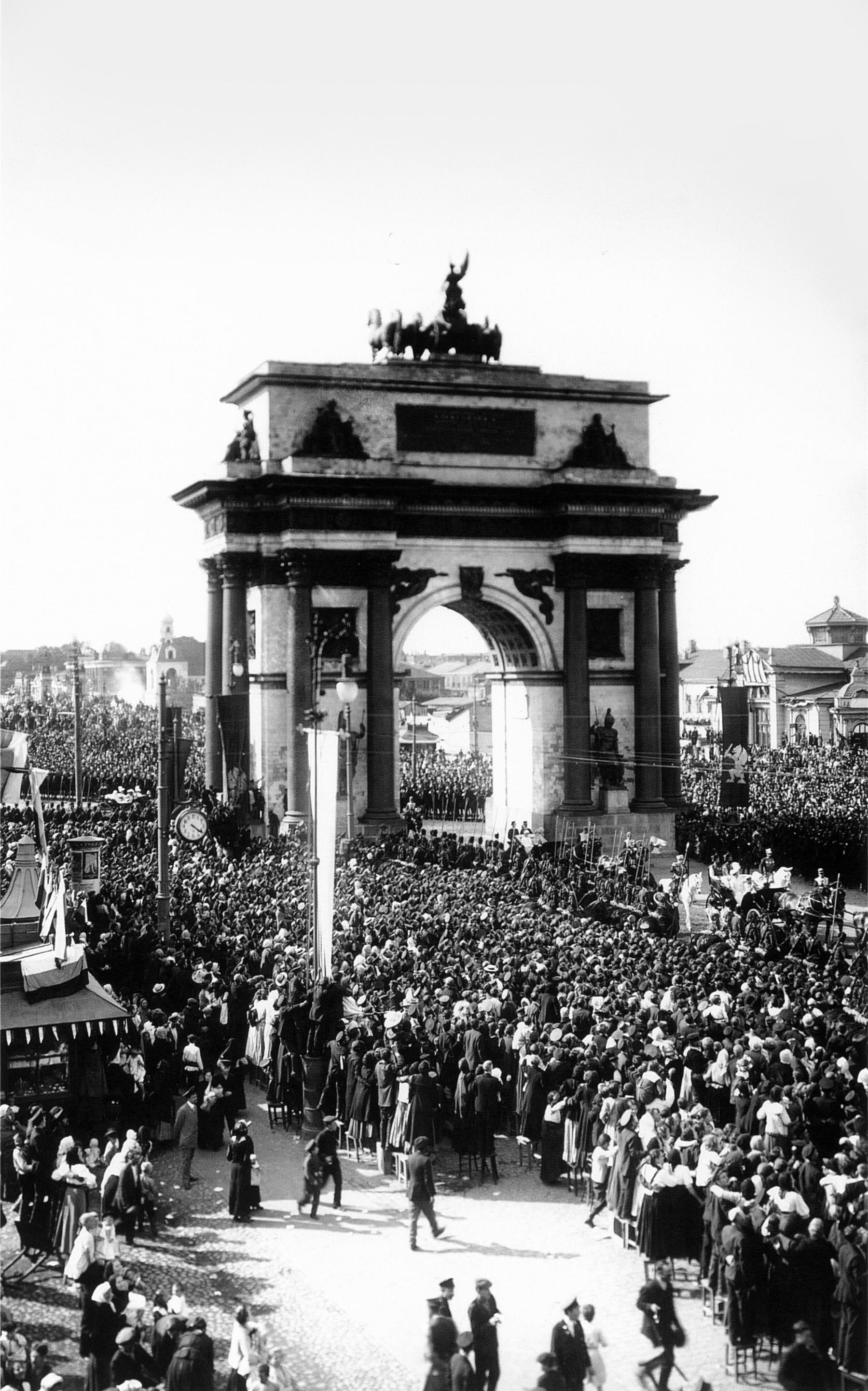 Празднование 300-летие дома Романовых. У триумфальной арки
