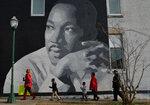 Люди собираются на ежегодный парад, посвященный Мартину Лютеру Кингу, в американском городе Чаттануга, на юго-востоке страны, 16 января 2017 года. Фото: Billy Weeks / Reuters