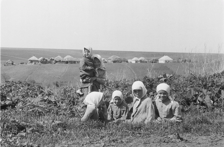 Группа девушек в траншее. На заднем плане деревня