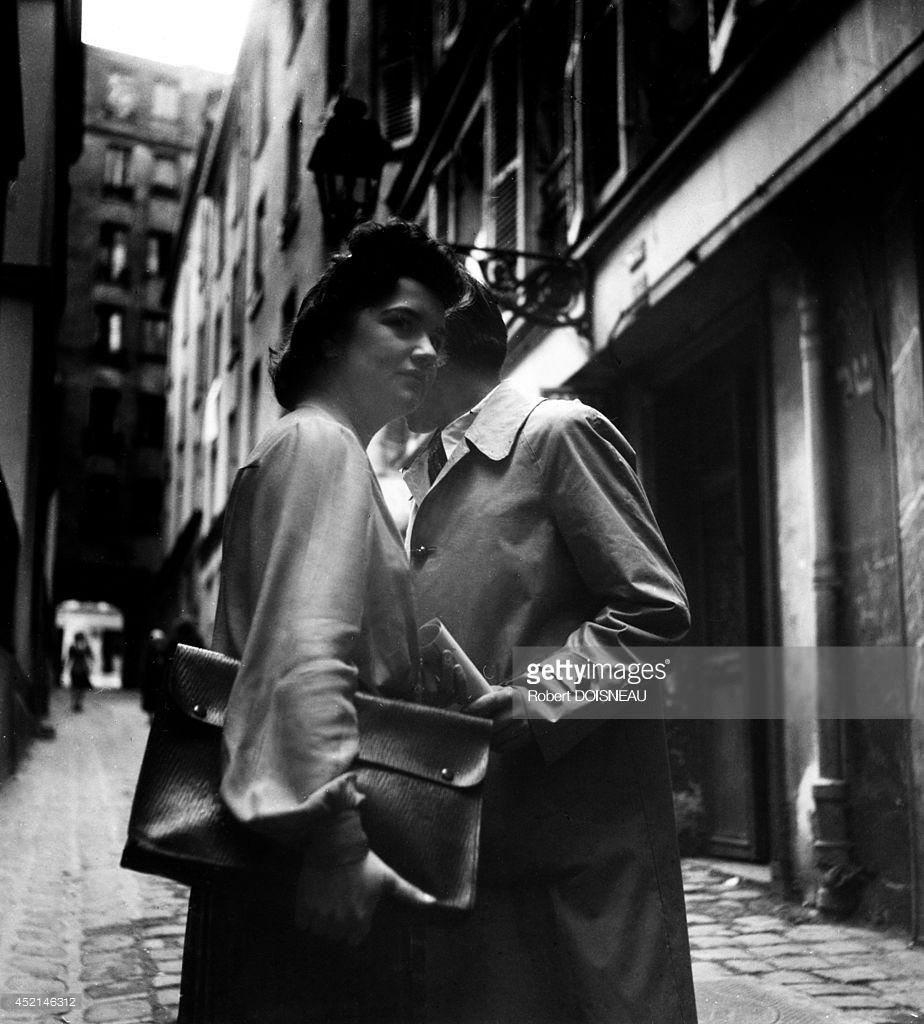 1944. Две женщины в проулке