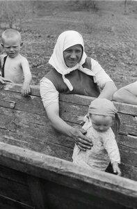 Местная женщина с малышом в телеге