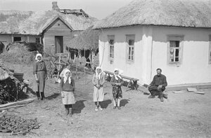 Местные жители возле дома