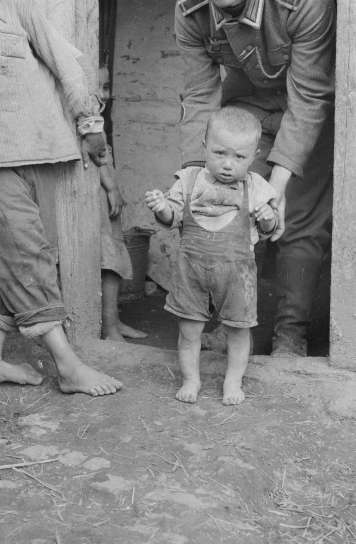 Солдаты с маленьким мальчиком