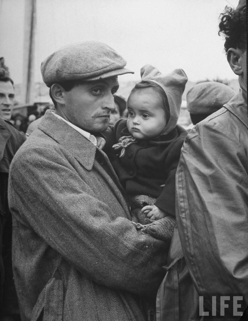 Еврейские беженцы с захваченного судна. Хайфа. Апрель