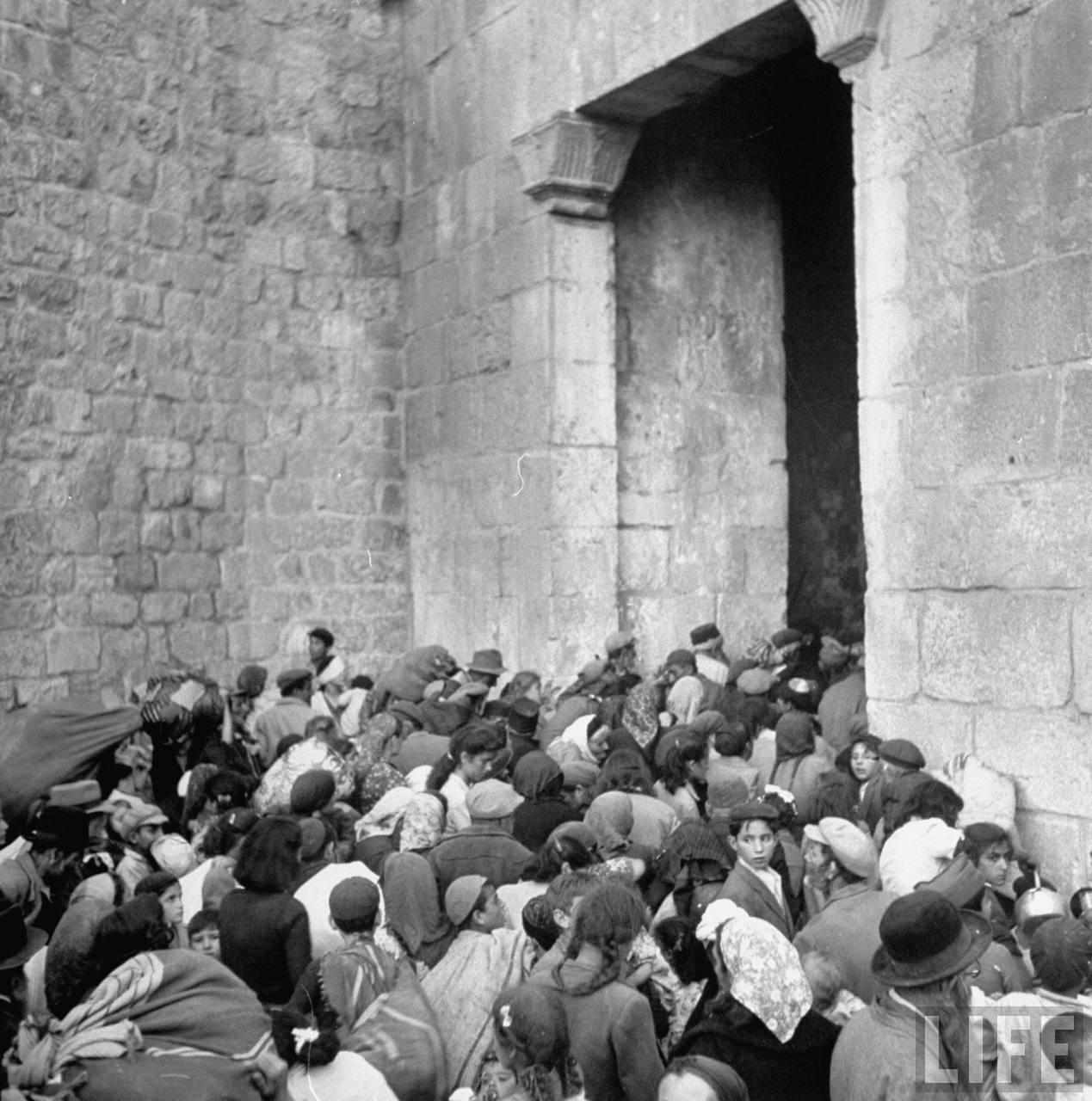 Еврейские семьи покидают старый город через Сионские ворота. Июнь