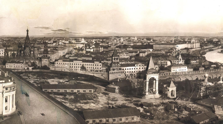 Панорама части Кремля и Зарядья. 1890-е