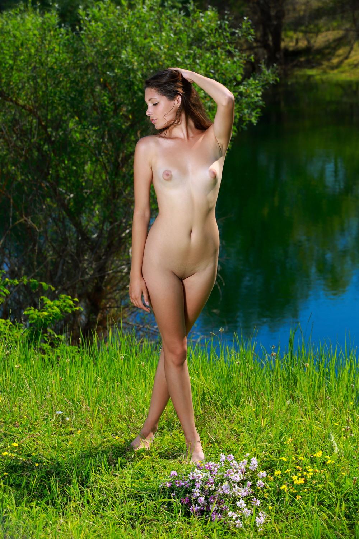 Стройная Rosella разделась на живописном берегу реки