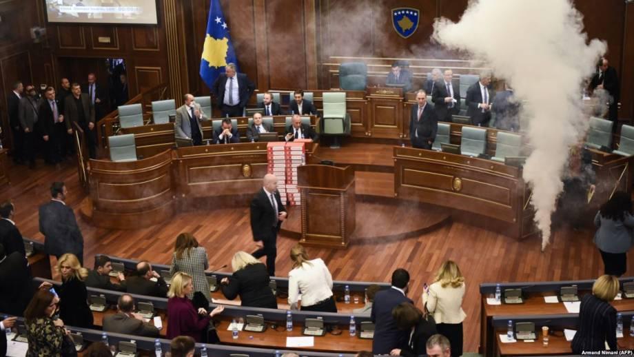В парламенте Косово слезоточивым газом сорвали ратификацию соглашения с Черногорией