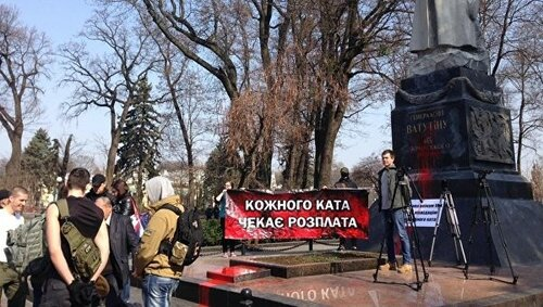 На Украине фашизма нет (с) В Киеве облили красной краской памятник генералу Николаю Ватутину