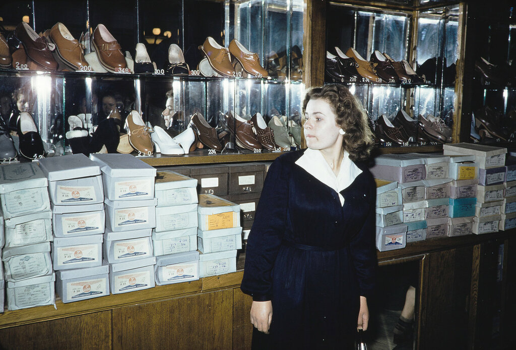 Russia, clerk selling shoes at store in Moscow