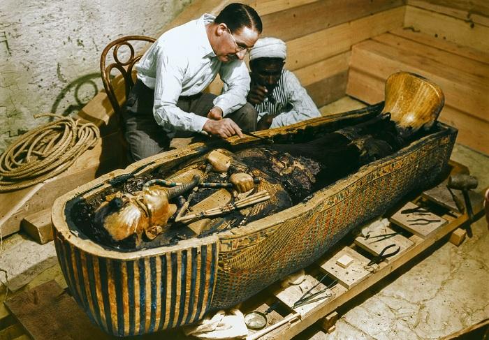 Черно-белые кадры с места археологических действий, ставшие цветными (9 фото)