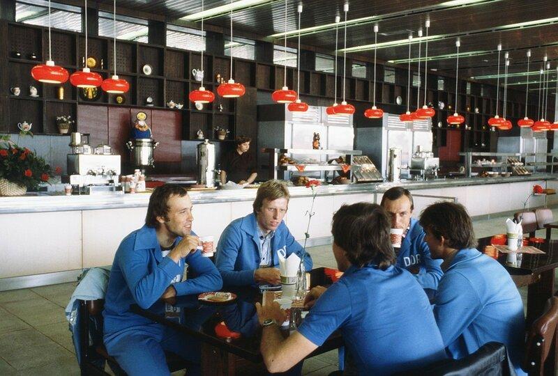 1980 1 июля 1980 г. Велосипедисты из ГДР в минуты отдыха в одном из кафе Олимпийской деревни. ФОТО Соболев Валентин Фотохроника ТАСС.jpg