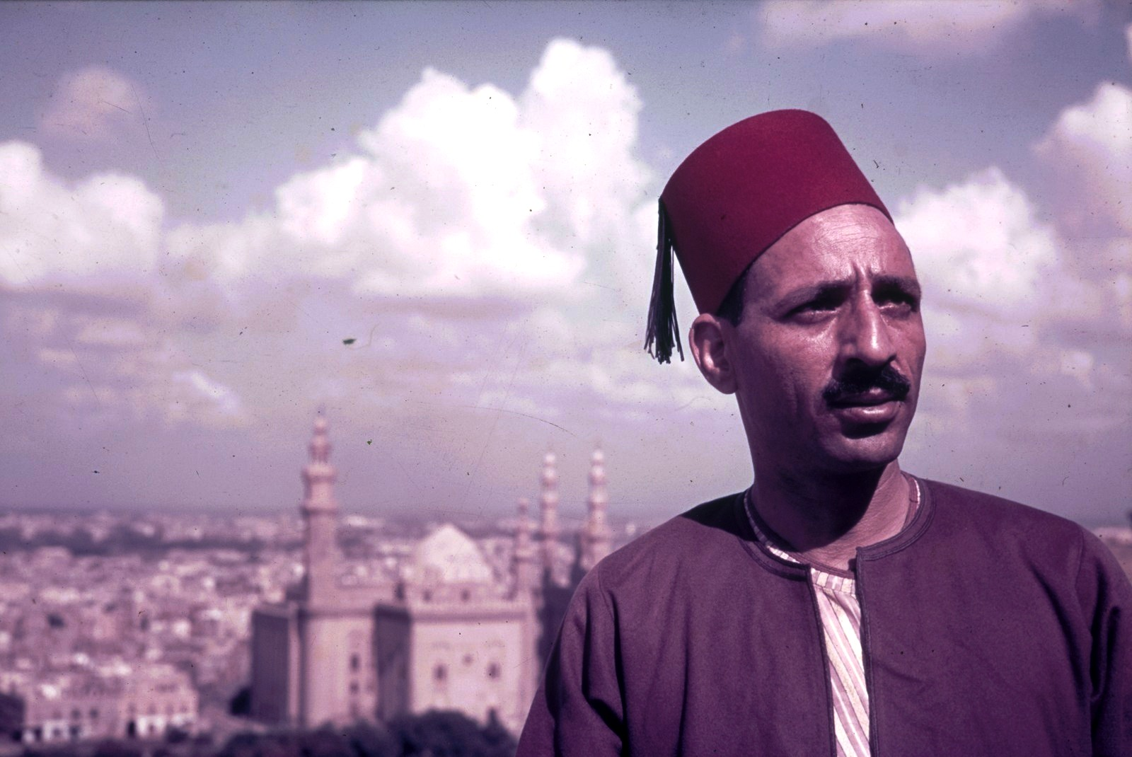 Каир. Египтянин в феске на фоне мечети Султана Хасана