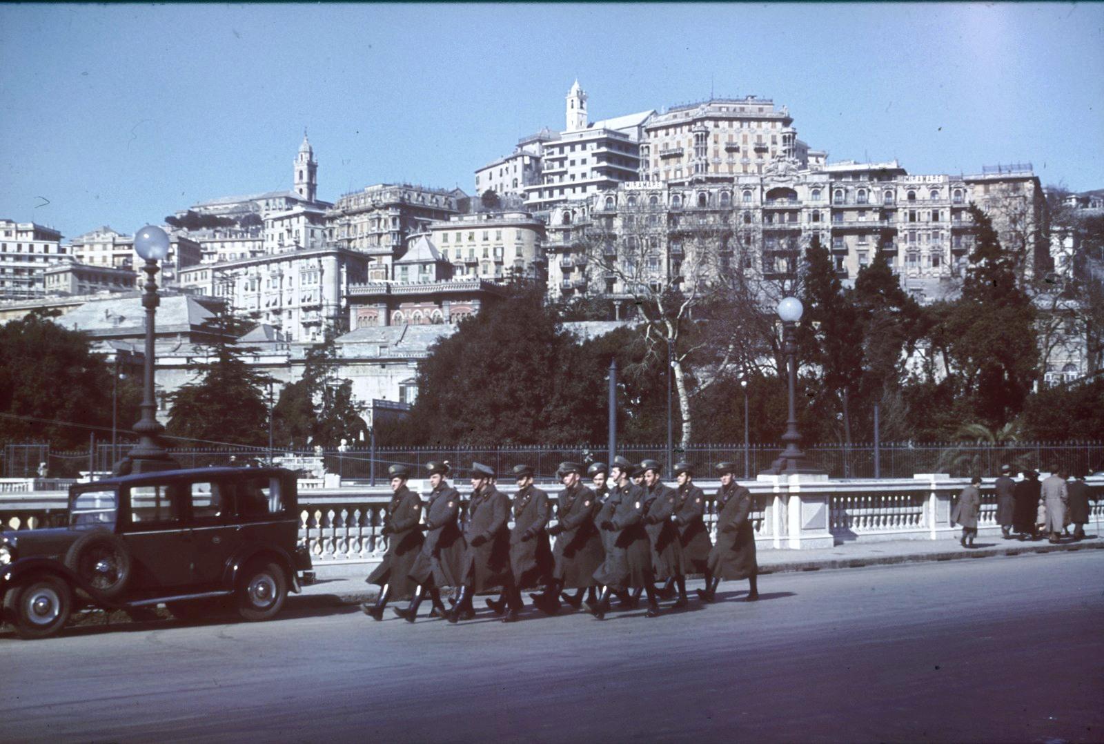 Генуя. Вид на город и Гранд отель Мирамаре. На переднем плане марширующая группа военных