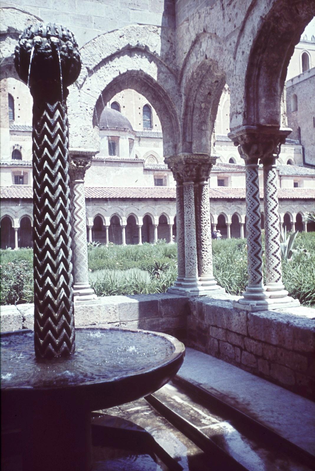 Палермо. Пригород Монреале. Клуатр (внутренний двор) некогда существовавшего бенедиктинского монастыря. Фонтан в юго-западном углу клуатра