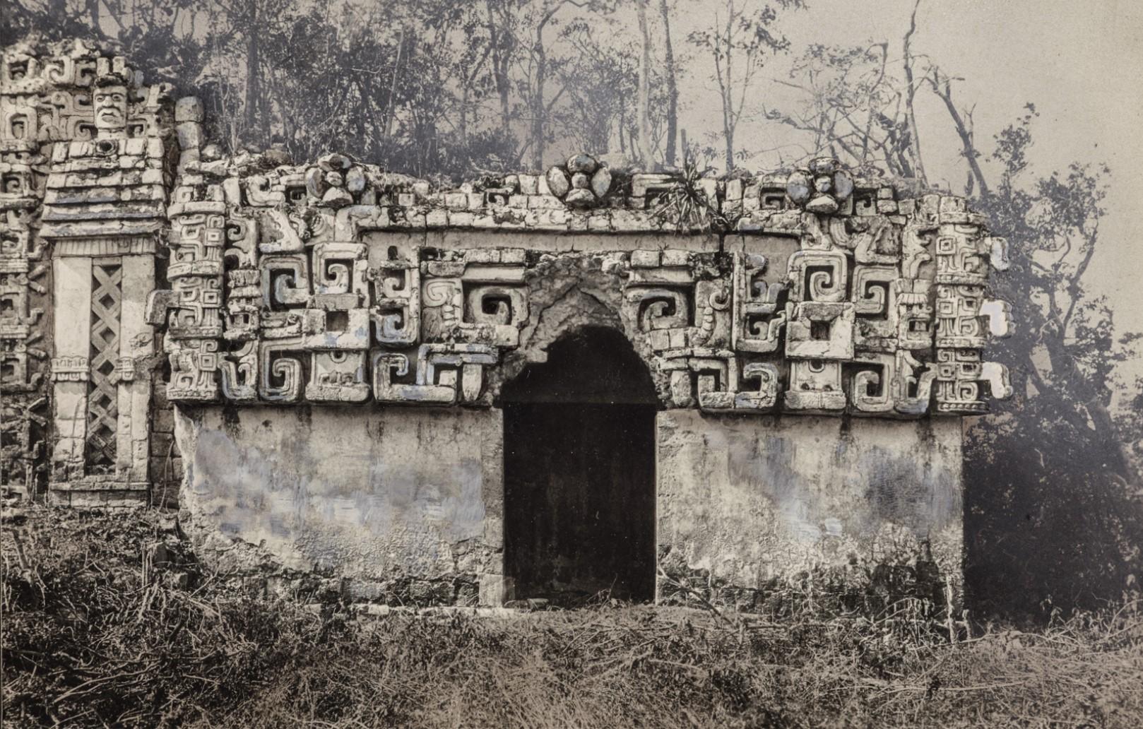 12. Здание II (главное здание) в руинах майя Хохоб