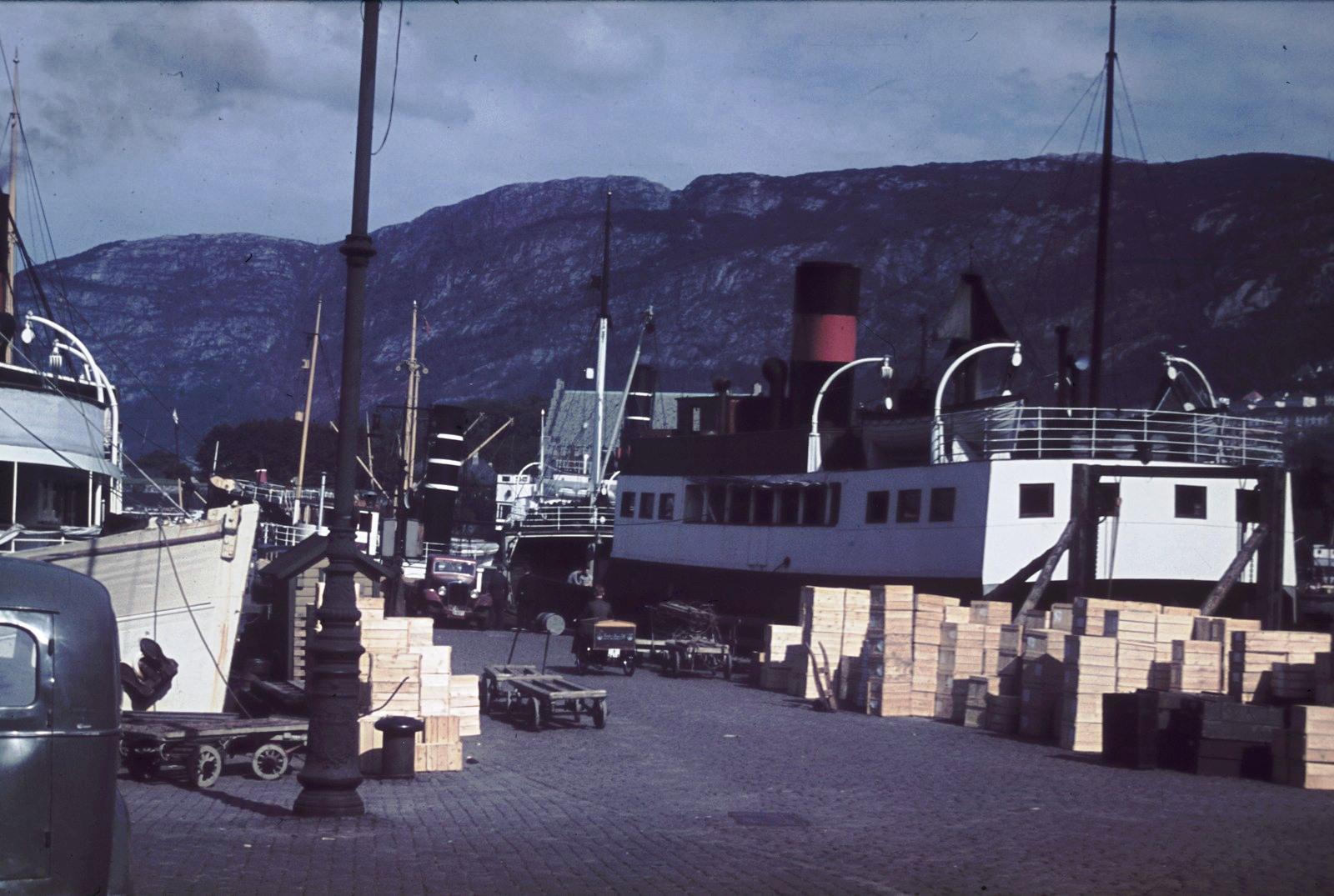 Берген. Набережная с  фьордным пароходам «Басто»
