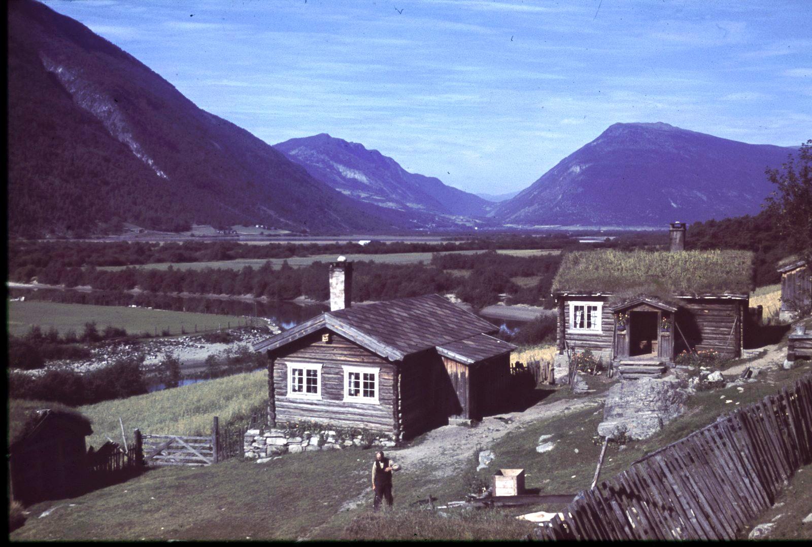 Лом. Два деревянных дома на фоне предгорий Ютунхеймена